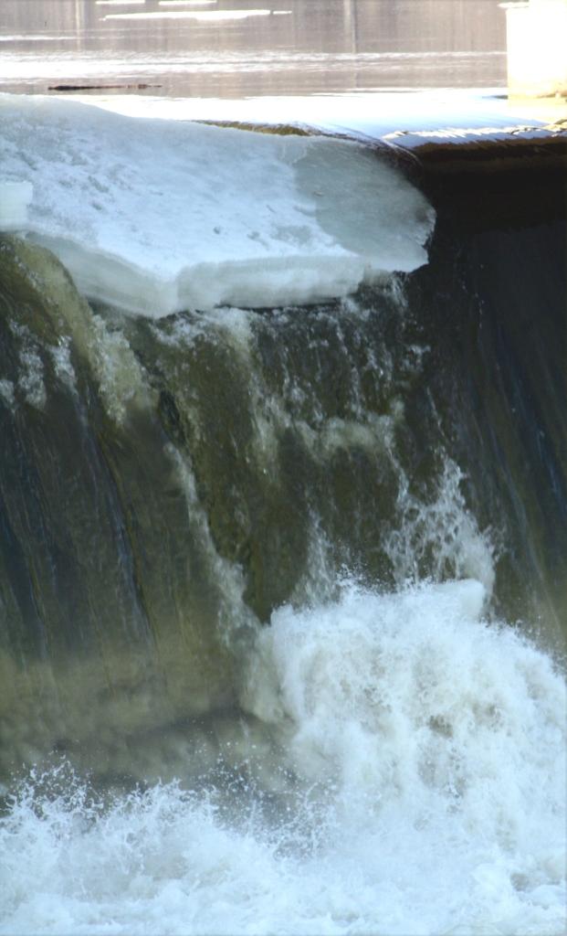 Damn ice chunk, ice chunk over the dam